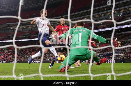 Tottenham Hotspur Harry Kane (à gauche) marque son premier but de côtés du jeu pendant le premier match de championnat au stade de Wembley, Londres. Banque D'Images