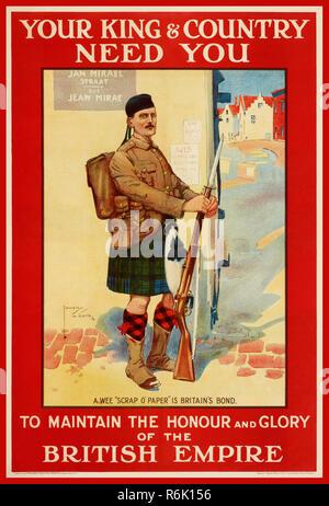 """Vintage WW1 British Affiches de propagande de recrutement votre 'KING & COUNTRY ONT BESOIN DE VOUS"""" pour maintenir l'honneur et la gloire de l'EMPIRE BRITANNIQUE. Illustrant un kilt écossais en garde à l'aise debout sur une rue française 1914 World War One// Première Guerre mondiale Seconde Guerre mondiale 1 Banque D'Images"""