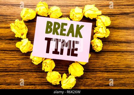 Parole, l'écriture de pause. Concept d'arrêt de travail pour une pause Atelier écrit le post-it sur le fond en bois. Banque D'Images