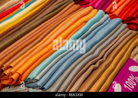 7928a669da65 ... vendre à grand bazar, Istanbul, Turquie · Des tissus de qualité sur le  marché Banque D Images