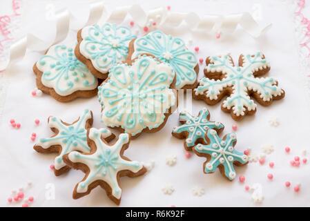Décoration de Noël avec les cookies en forme de flocons et étoiles sur fond blanc Banque D'Images
