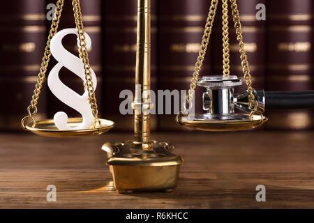Paragraphe Symbole et stéthoscope sur l'échelle de la Justice Banque D'Images
