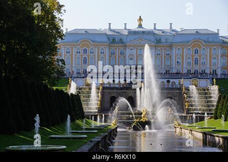 Palais et jardins de Peterhof Saint-Pétersbourg, Russie. Excursion croisière sur le Norwegian Cruises dans les pays baltes. Le palais a des vues magnifiques et des jardins.