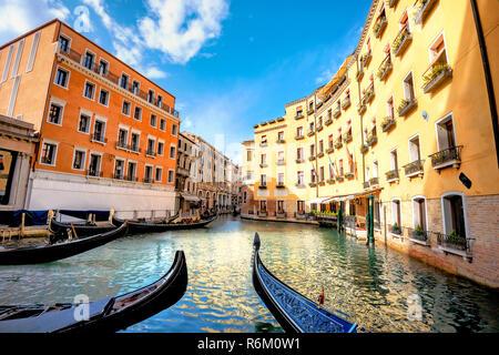 Paysage avec les gondoles et bâtiments colorés longeant le canal à Venise à jour ensoleillé. Italie