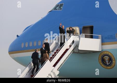 L'ancien président George W. Bush et sa famille à proximité, l'onde de la base aérienne d'Andrews, dans le Maryland, le 05 décembre, 2018. Près de 4 000 militaires et civils de partout dans toutes les branches des forces armées américaines, y compris les réserves et les composants de la Garde nationale, à condition que l'appui de cérémonie lors de funérailles d'état de George H. W. Bush, le 41e président des États-Unis. (Photo par DoD Le s. de l'armée américaine. Kalie Frantz) Banque D'Images