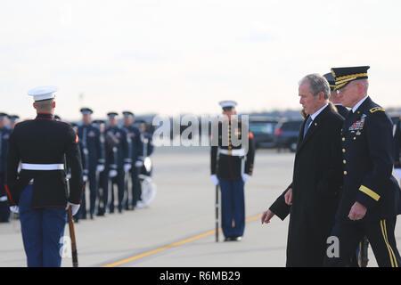 L'ancien président George W. Bush et sa famille se préparer à quitter la base aérienne d'Andrews, dans le Maryland, 05 déc., 2018. Près de 4 000 militaires et civils de partout dans toutes les branches des forces armées américaines, y compris les réserves et les composants de la Garde nationale, à condition que l'appui de cérémonie lors de funérailles d'état de George H. W. Bush, le 41e président des États-Unis. (Photo par DoD Le s. de l'armée américaine. Kalie Frantz) Banque D'Images