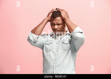 African American Man ayant des maux de tête. Plus isolé sur fond rose. Banque D'Images