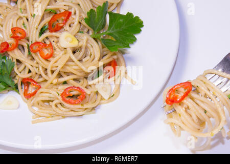 Spaghettis à l'Ail, piment, huile d'olive , Spaghetti aglio, olio, peperoncino Banque D'Images