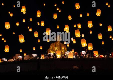 LAMPHUN, THAÏLANDE - NOV 22: Yee Peng Festival, Fête Loy Krathong et lanternes flottantes de Lamphun, la Thaïlande le 22 novembre, 2018 Banque D'Images