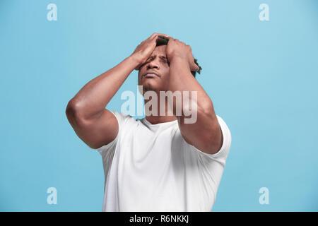 African American Man ayant des maux de tête. Isolé sur fond bleu. Banque D'Images