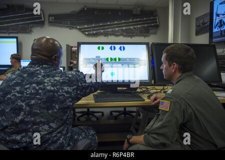 LAKEHURST, NEW JERSEY. (Mai. 16, 2017), l'Adjudant-chef Chuck 3 Broadous, gauche, et le lieutenant Timothy Sullivan, tous deux assignés à l'assaut amphibie USS Iwo Jima (DG 7), tester l'Office of Naval Research (ONR) TechSoultions déployable parrainé par l'intégration de navires (le SSPMI Système Multitouch) situé dans le laboratoire d'analyse de l'opérateur au Naval Air Warfare Center, la Division Avions de Lakehurst, durant la planification préalable au déploiement. Le SSPMI est un logiciel qui dispose d'un écran tactile numérique, image d'un pont d'envol du navire ou aéronef hangar et permet aux événements en utilisant un ordinateur portable ou un écran LCD d'adju Banque D'Images