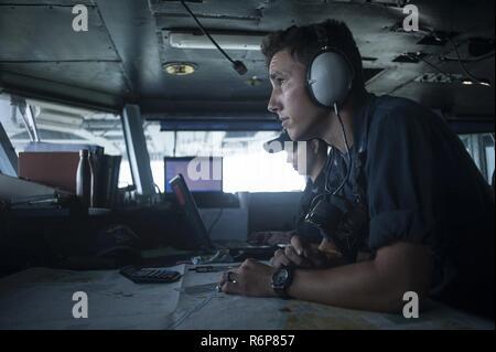 La NORFOLK (25 juillet 2017) Quartier-maître de 3e classe Joseph Porter, droit, trace les cours comme le porte-avions USS Harry S. Truman (CVN 75) transits dans le port. Harry S. Truman retourne à Norfolk Naval Station suite au succès d'un 4-day les essais en mer l'évolution. Banque D'Images