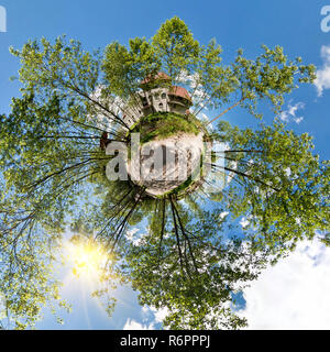 Petite Planète. Vue aérienne sphérique en forêt près de maison de vacances, belle journée avec des nuages de nice Banque D'Images