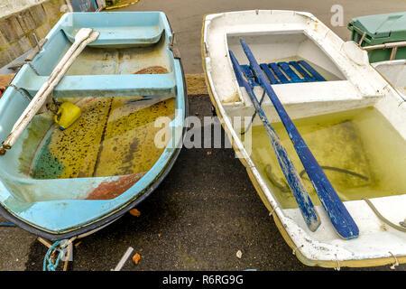 Vigo/Galice - Espagne - 11/25/18 - une vieille barque sur la terre Banque D'Images