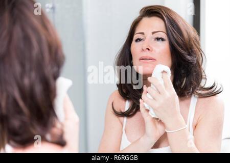 Femme dans la salle de bains Banque D'Images