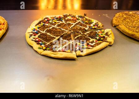 Des pizzas et des bonbons au chocolat dans un restaurant. Banque D'Images