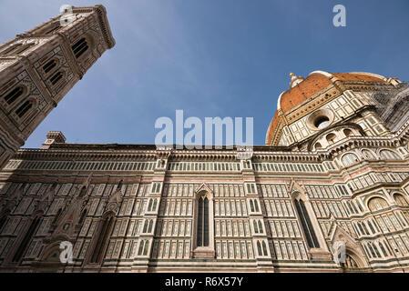 L'horizontale de près de l'élévation latérale de la Duomo di Firenze à Florence, Italie. Banque D'Images