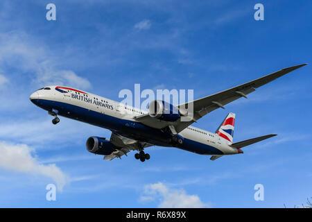 Londres, ANGLETERRE - NOVEMBRE 2018: British Airways Boeing 787 Dreamliner jet entrée en terre à l'aéroport Heathrow de Londres. Banque D'Images