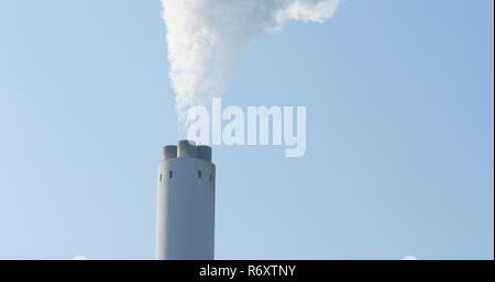 Et la fumée de cheminée on blue sky Banque D'Images