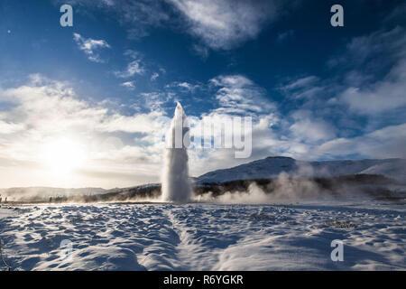 Geysir ou parfois connu comme le Grand Geyser qui est un geyser dans le sud-ouest de l'Islande Cercle d'Or Banque D'Images