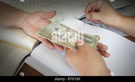 Main de corrompre personne qui rend un pot de 20 dollars dans des projets de loi à une autre personne lors de l'écriture dans un grand livre Banque D'Images