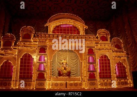 Nuit décoration d'idole de Ganesh ganpati sur Festival, Pune, Maharashtra, Inde Banque D'Images