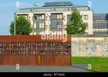 Mémorial du Mur de Berlin, la fenêtre du souvenir, des photos de victimes, Bernauer Strasse, Berlin, Allemagne Banque D'Images