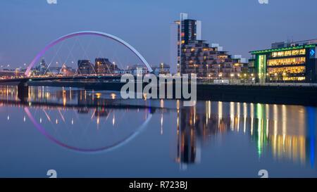 Glasgow, Scotland, UK - 5 novembre, 2018: le pont d'Arc et le Clyde et bureaux de studios STV se reflètent dans les eaux de la rivière Clyde dans Gl