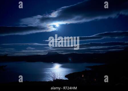 Clair de lune sur la baie de Gruinard, Wester Ross, North West Highland Ecosse, Royaume-Uni Banque D'Images