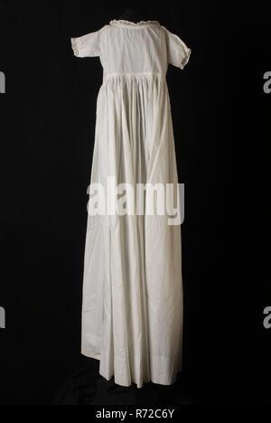 L'échelle longue robe de bébé à pente de coton blanc, bord étroit le long du cou et manches courtes, avec robe de baptême, baptême vêtements Vêtements pour bébés Vêtements pour enfants vêtements de soirée partie dentelle de coton milieu dos, jupe, épaule w 22,0 w 115,0 manchon, sous ruban textile blanc robe dentelle batiste brodé en forme de sablier à l'avant manches courtes robe de robe de coton blanc de bébé enfant garçon fille baptême baptême cérémonie religieuse religion Banque D'Images