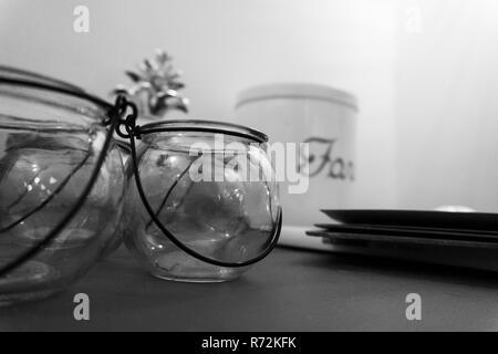 Contenant en verre avec crochet en métal style vintage Banque D'Images