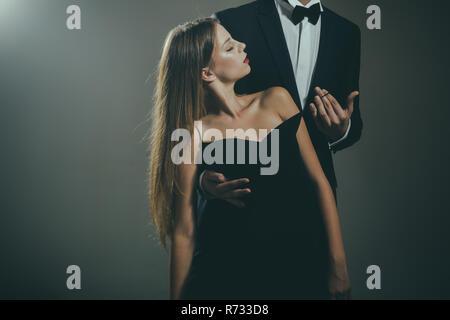 Valentines Day. L'amour. L'homme et la femme sont cute dating. Couple d'amoureux ensemble à une réunion d'affaires. Couple élégant dans l'amour. Date de beau couple. Être dans l'amour. Temps d'amour Banque D'Images