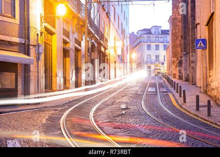 Dans Alfama tramway jaune 28 la nuit, Lisbonne, Portugal Banque D'Images
