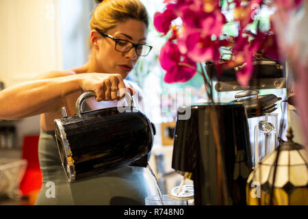 Enceinte Mid adult woman making un verre dans la cuisine Banque D'Images
