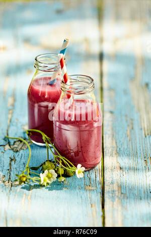 Les smoothies fraise rustique table de pique-nique d'été Banque D'Images