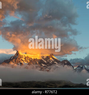 Lever de soleil sur l'Cuernos del Paine, Lago Pehoe, Parc National Torres del Paine, Patagonie chilienne, Chili Banque D'Images