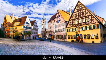 Maisons colorées traditionnelles en Dinkelsbuhl village, Bavière, en Allemagne. Banque D'Images