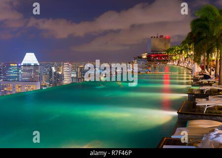 Centre-ville Quartier des affaires central de nuit vue depuis la piscine à débordement du Marina Bay Sands, Singapour Banque D'Images