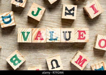 Lettre bloc dans Word avec une autre valeur sur fond de bois Banque D'Images