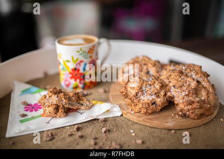 Cookies sans gluten à l'huile de noix de coco, la farine de noix de coco avec du café chaud sur le plateau de service Banque D'Images
