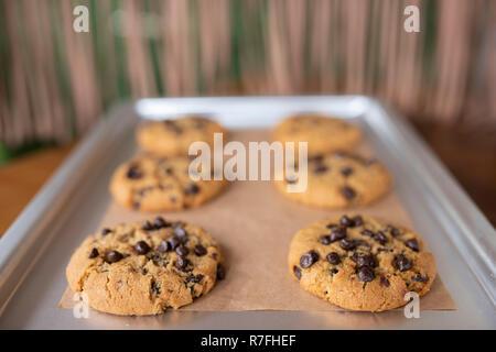 Cookies sans gluten avec tous les ingrédients sans gluten sur le plateau de service Banque D'Images
