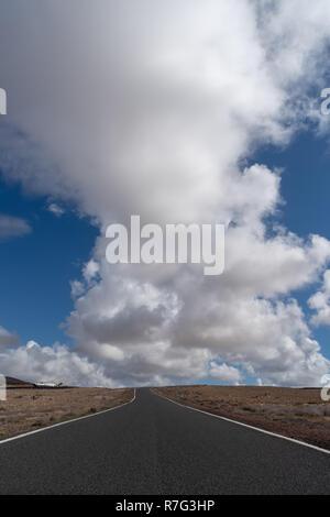 À vide, contre ciel nuageux
