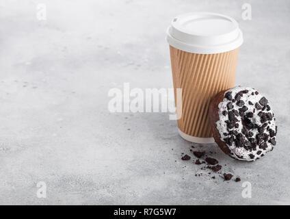 Tasse à café en carton noire avec cookies donut sur fond de table de cuisine en pierre. Boire un Café et collation. Banque D'Images