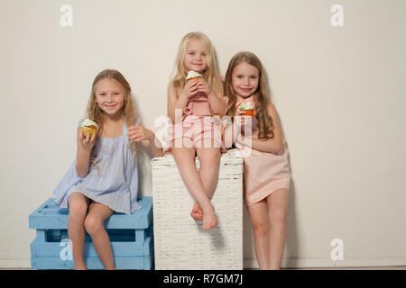 Trois belles jeunes filles et un bonbon sucettes