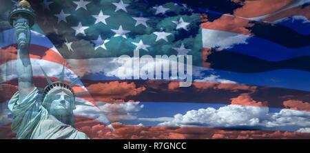 Statue de la liberté le drapeau américain sur fond de ciel nuageux Banque D'Images