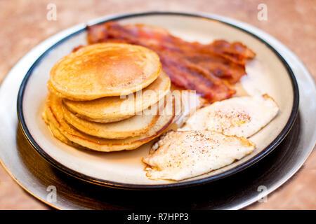 Crêpe Bacon et d'oeufs Petit déjeuner sur plateau doré Banque D'Images