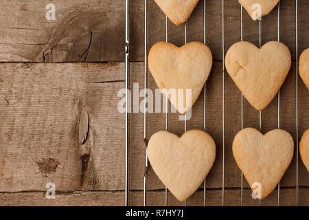 Boulangerie pâtisserie à saveur de cannelle des biscuits en forme de cœur sur vintage background with copy space Banque D'Images