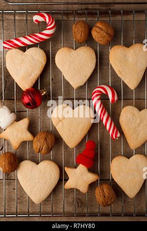 Gingerbread cookies de Noël avec décoration de fête sur le plateau et le fond de bois vintage, festif hygge, gros plan rustique télévision lay, vue d'en haut Banque D'Images