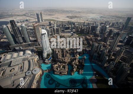 Une vue panoramique sur Dubai à partir de la plate-forme d'observation de la holding record du monde gratte-ciel Burj Khalifa à Dubaï, Émirats arabes unis. Banque D'Images