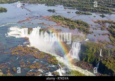 Vue aérienne de bel arc-en-ciel au-dessus de la Gorge du Diable d'Iguazu chasm à partir d'un vol en hélicoptère. Le Brésil et l'Argentine. L'Amérique du Sud. Banque D'Images